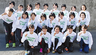 12月開催の全国大会を決めた荏田高選手たち。手前左から森田(詩)・佐藤・木下・河出・森田(香)