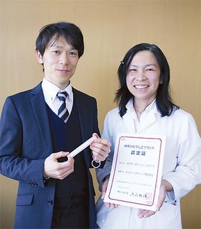 企画室の巴健太郎さん(左)と開発者の坂東歩さん