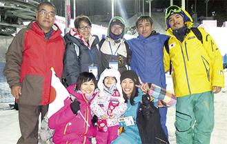 後方左が八江さん、その隣りが妻の眞利子さん。前方右からマナミさん、すみれちゃん