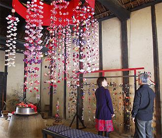 土間の天井には大作「傘飾り」が展示されている