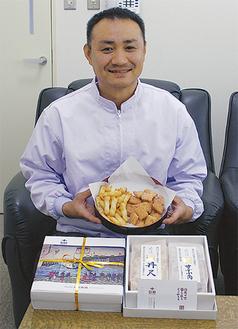 商品を手に笑顔の小森代表取締役