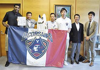 植田代表(一番右)、久山・グレイ両選手が訪問