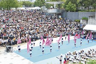 すきっぷ広場は観客でびっしり(金の星幼稚園の演技で)