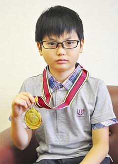 優勝メダルを手にする新田君