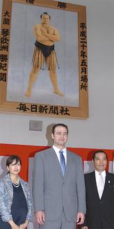 琴欧洲親方(中央)と松浪理事長(右)