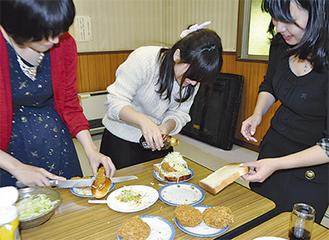 ハンバーガーの試作を重ねる学生たち