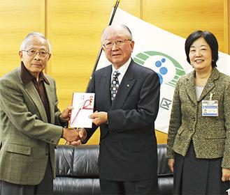 小西実行委員長(左)から志村会長へ目録が手渡された
