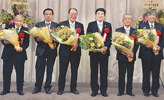 受賞者全員に花束が贈呈された