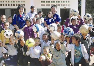 ボールを受け取り喜ぶ子どもたち