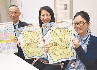 完成した図書地図を手にする小山館長(左)ら