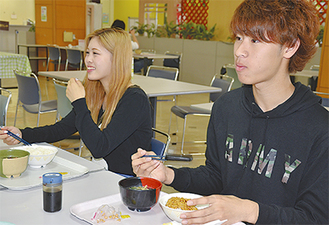 仲間と朝食を摂る学生
