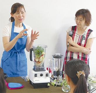スムージーを作る鈴木さん(左)