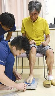 足指力を測定する参加者