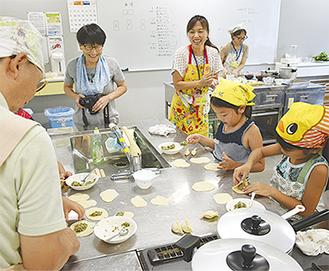 餃子作りに集中する参加者