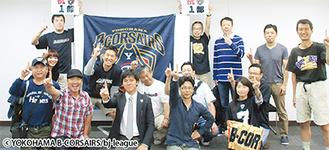 ファンと喜びを分かち合う植田代表(前列左から3人目)=29日