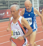 8キロクロスカントリーで走る高原さん(左)