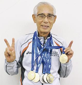 獲得したメダルを下げ笑顔の高原さん