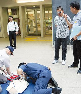 救急救命の模擬訓練を見学する蝶野さん