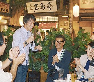 挨拶をする坂井編集長(左から2人目)