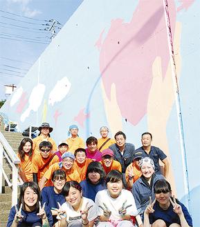 壁画制作に参加した川和中美術部生徒(前列)とスタッフ=19日撮影
