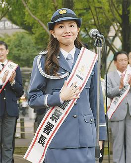 式典であいさつするMAKIさん