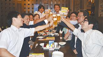 仲間と乾杯する参加者