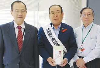 小塚社長(左)と岩嶋会長(中央)、阪野事務局長