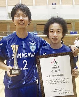 優勝トロフィーを持つ高橋さん(左)と町田さん=町田さん提供(10月4日撮影)