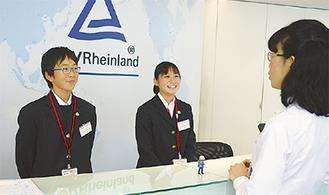 受付に立つ柴田さん(中央)と説田さん(左)