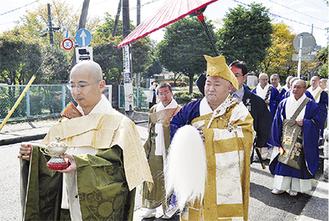 寺周辺を練り歩く新住職(前列中央)