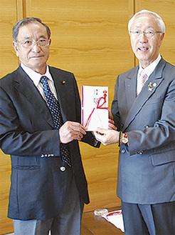 寄付金を受け取る長谷川会長(右)