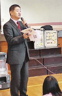 薬物乱用の悪影響を伝える指導員の高橋さん