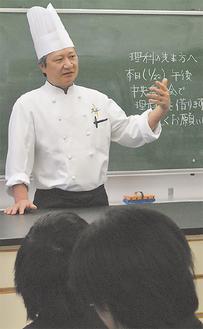 パティシエの心構えを伝える長田さん