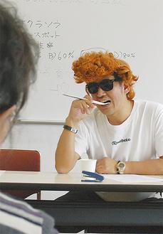 不良少年を演じる講師の齋藤会長
