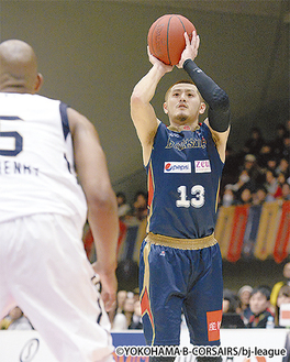 シュートを放つキャプテンの山田謙治選手(右)