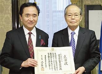 感謝状を手にする筒井会長(右)