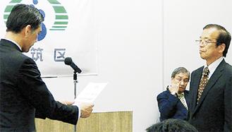 畑澤健一区長(左)から委嘱状を受け取る指導員=区役所提供