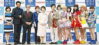 会見に参加した渡辺さん(左から4人目)、別所さん(同2人目)ら出演者