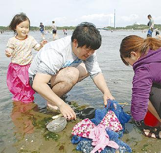 潮干狩りを楽しむ家族連れ