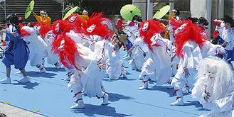 踊りを披露する横浜百姫隊