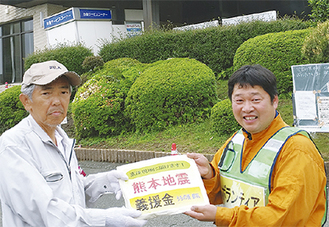 益城町役場の担当者に義援金を手渡す内野さん(右)=(内野さん提供)