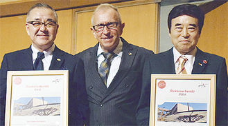 右から青木副会長、フェヒナー学園長、栗林会長