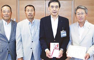 左から地区社協の柴田事務局長、中山会長、畑澤区長、鈴木会長