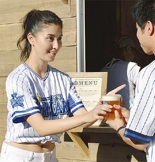 ビールを手渡す橋本さん