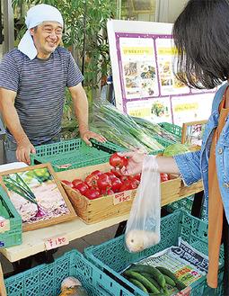 青葉グリーンファームの野菜を選ぶ買い物客