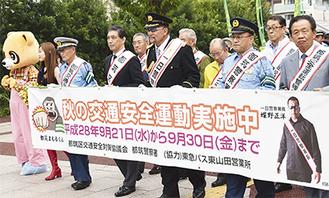 パレードで行進をする蝶野さん(中央)