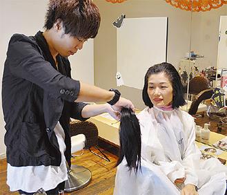 切った髪を見る和地さん