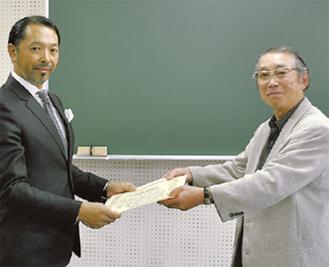 感謝状を受け取る小嶋氏(左)