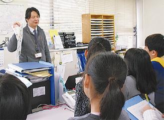 記者に紙面づくりを教わる児童