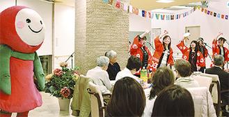 あいちゃん(左)と歌を歌う参加者